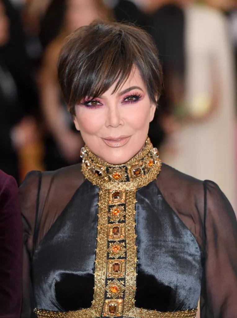 """Alle Augen sind auf den langen Pony mit Kris Jenners Elf gerichtet. Petrut merkt an, dass dies der einfachste Look ist, um Texturen zu stylen und zu kreieren, egal ob modern und lässig oder etwas Funkigeres. """"Dieser Stil eignet sich für glattes, welliges, feines oder dickes Haar"""", fügt sie hinzu."""