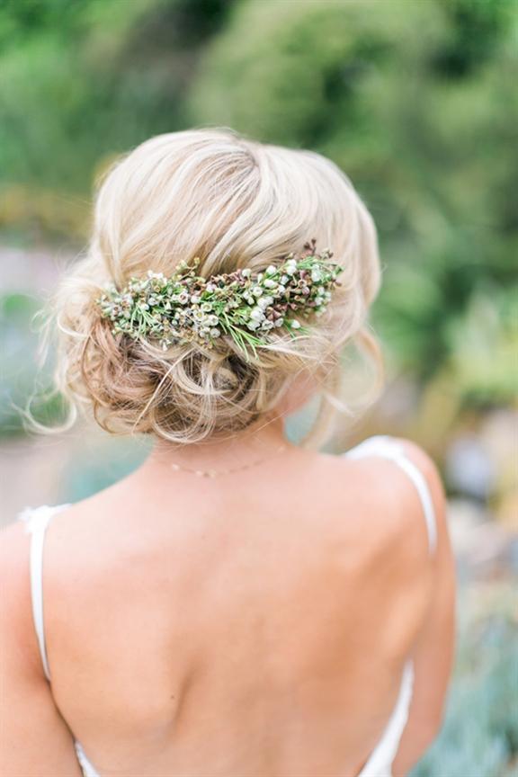 Schone Hochzeitsfrisuren Als eine unserer Lieblingshochzeitsfotografen, Jen Huang, den Gang entlang ging, schaukelte sie eine sanfte und romantische Hochsteckfrisur. In diesem Fall ist größer besser.