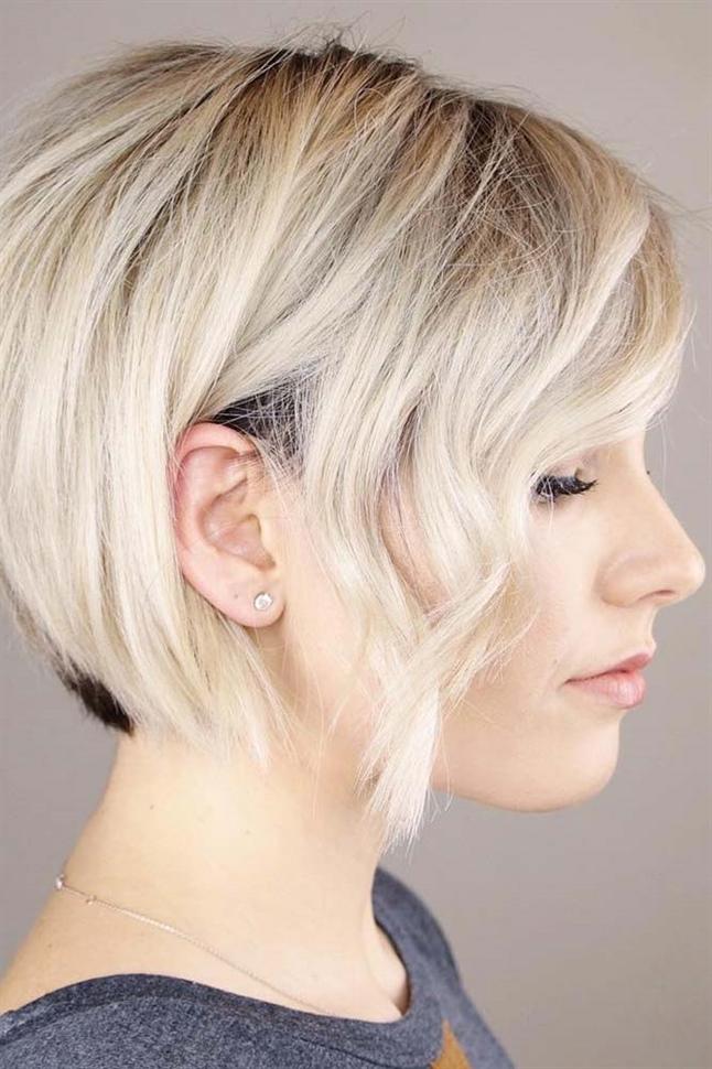 Trendige Kurzhaarfrisuren Damen Blond  Die kurzen Frisuren einiger Frauen sehen so feenhaft aus, dass es so aussieht, als wären sie aus einem Gemälde herausgetreten. Kein Wunder, denn kurze Frisuren, die Frauen jetzt wählen, sind die Leinwand, auf der sie ihrer Fantasie freien Lauf lassen können! Sobald Sie eine künstlerische Herangehensweise an Ihr kurzes Haar gewählt haben, werden Sie es zu einem echten Kunstwerk machen!  Für dünnes Haar gibt es nichts Schöneres als eine gestapelte Frisur, bei der das kürzere Haar hinten länger wird, wenn es sich nach vorne bewegt.