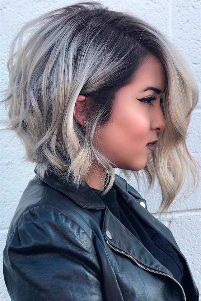 Trendige Kurzhaarfrisuren Damen fur Mittellang Haar  Wenn Sie von Natur aus welliges Haar haben oder es vorziehen, es zu wellen, können Sie trotzdem einen kürzeren Schnitt ausführen. Wellen verleihen Ihren hübschen Locken Körper und Bewegung.  Waschen Sie Ihre Locken einfach mit einem feuchtigkeitsspendenden Shampoo und pflegen Sie sie dann wie gewohnt. Trockne sie ein bisschen mit dem Handtuch.  Tragen Sie als Nächstes Curl Enhancer auf - wählen Sie die Marke aus, die Sie bevorzugen. Es wird jedoch empfohlen, Produkte zu verwenden, die auch Hitzeschutz bieten.