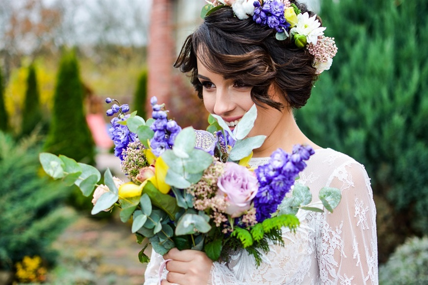 Wedding Hairstyles Curly and Flowers Flowers are absolutely indispensable for brides. It's a great option to highlight the special woman of the day and keep the hair tied.