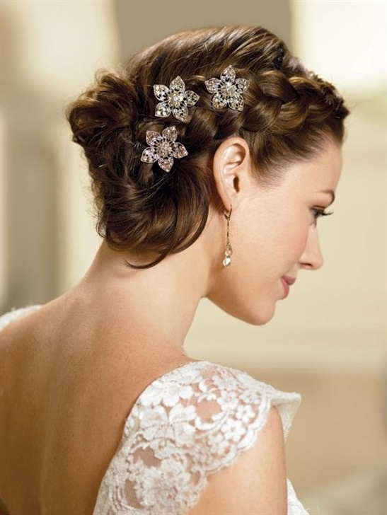 Wedding Hairstyles Knitted Top  Bun hairstyle is preferred by brides. It is possible to separate them with just a little touch.