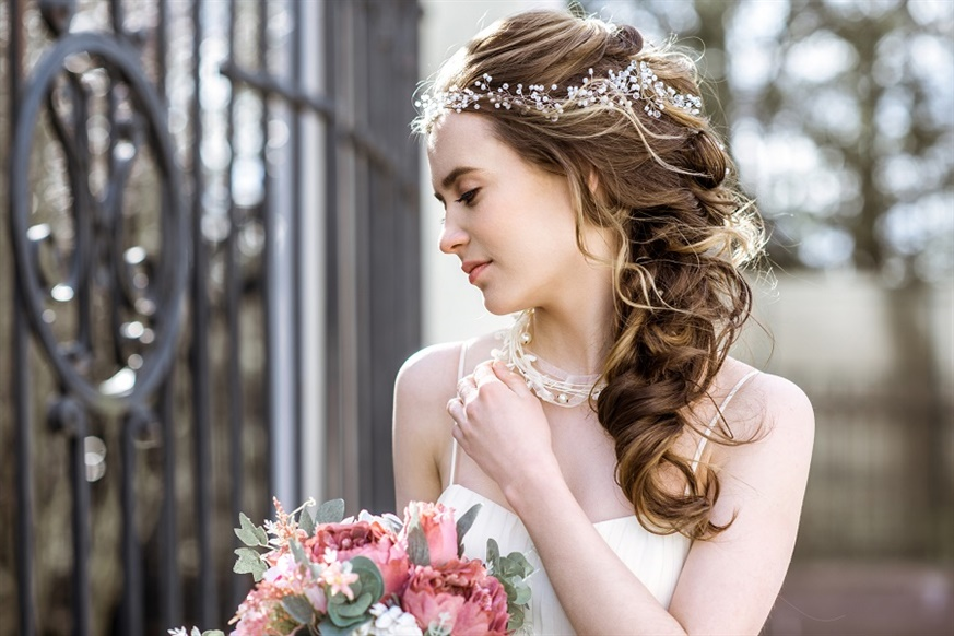 Wedding Hairstyles for Curly to the Side  This model descends like a tail with a light ball from the top; it directly shows the most beautiful of the day. It is a very stylish and flashy style.