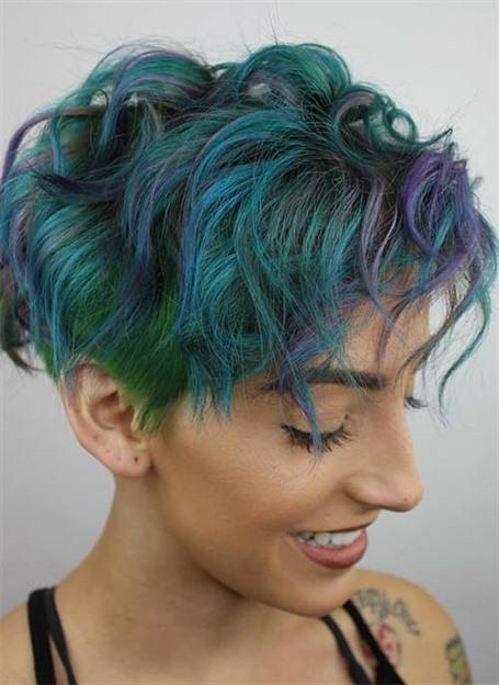Bunte Kurze Lockige Frisuren  Grün, Blau, Blaugrün und Lila vereinen sich in dieser schönen, chaotischen Version von kurzen lockigen Frisuren. Dieser Stil verfügt über ein unterschnittenes Neongrün und einen lustigen Mopp aus lockeren Locken auf der Oberseite.