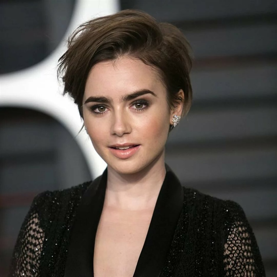 Cute Natural Short Hairstyles for Women  Leave your hair natural and part it on both sides. This cut is for you to highlight your facial beauty.