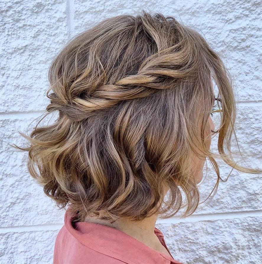 Haarschnitt Halblang Flechten  Hier haben wir eine wunderschöne verdrehte Frisur, die zu jedem erdenklichen Anlass getragen werden kann, sei es eine Strandparty, eine Verabredung, eine Hochzeit oder ein Abschlussball. Die halbe Hochsteckfrisur ist mühelos schmeichelhaft und kann innerhalb von 5 Minuten durchgeführt werden.