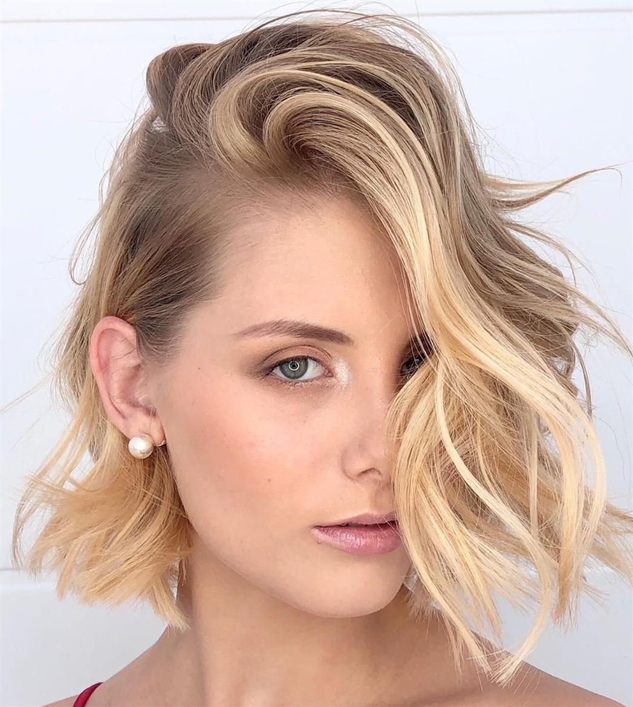 Haarschnitt Halblang Locken  Bei boblangem Haar scheint es nicht viel Platz zum Spielen zu geben, aber tatsächlich können Sie viel Stil und Farbe hineinpassen. Voluminöse Beulen und sanfte Blondtöne sind ein himmlisches Spiel.