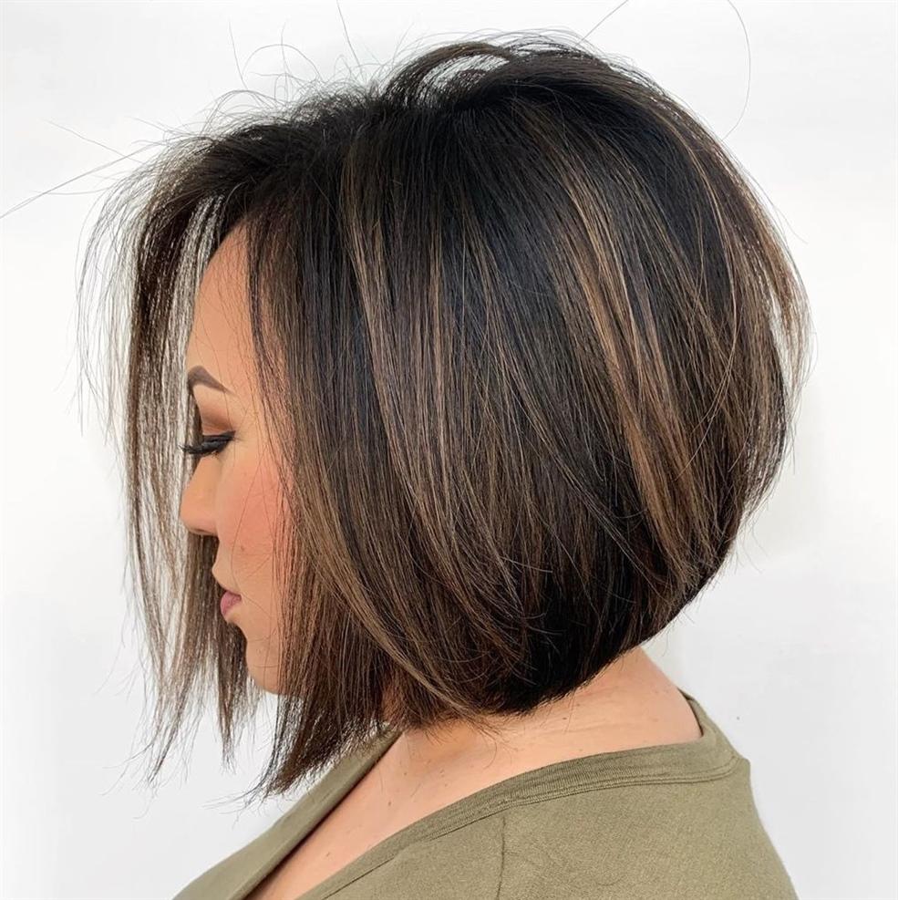 Haarschnitt Mittellange Haare Balayage  Mit seinen geglätteten Kanten und unbeschwerten Schichten ist dieser gestapelte Schnitt nicht die strengste Option für diejenigen, die halslange Frisuren rocken möchten, aber er wird auffallen.