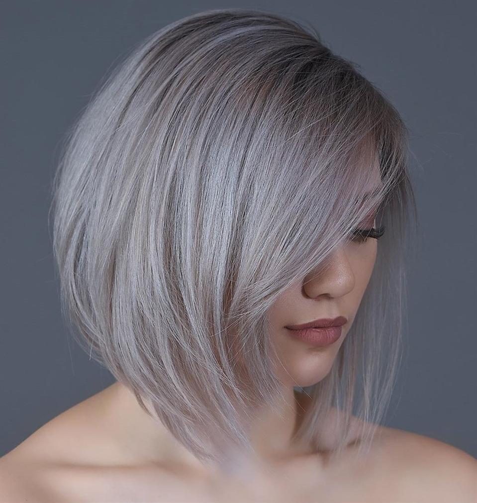 Haarschnitt Mittellange Haare Metallic  Diese üppige Haube hat ein gewisses ätherisches Aussehen und macht das Beste aus dem schulterlangen Haar mit einem auffälligen Schwung, der die Aufmerksamkeit auf das Gesicht lenkt. am besten mit subtilen metallischen Lidschatten getragen.