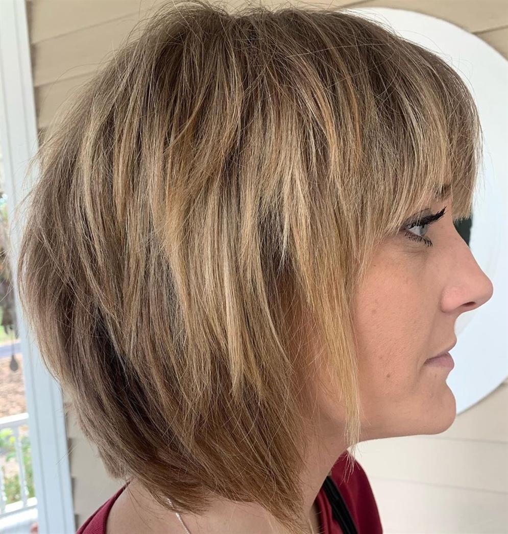 Haarschnitt Mittellange Haare Stufig  Manchmal sind die Klassiker die besten, und der Shag-Schnitt war eine der gefragtesten Frisuren in den 1970er Jahren. In der Neuzeit sieht es immer noch gut aus und umrahmt die Augen mit einfachen, weichen Pony.