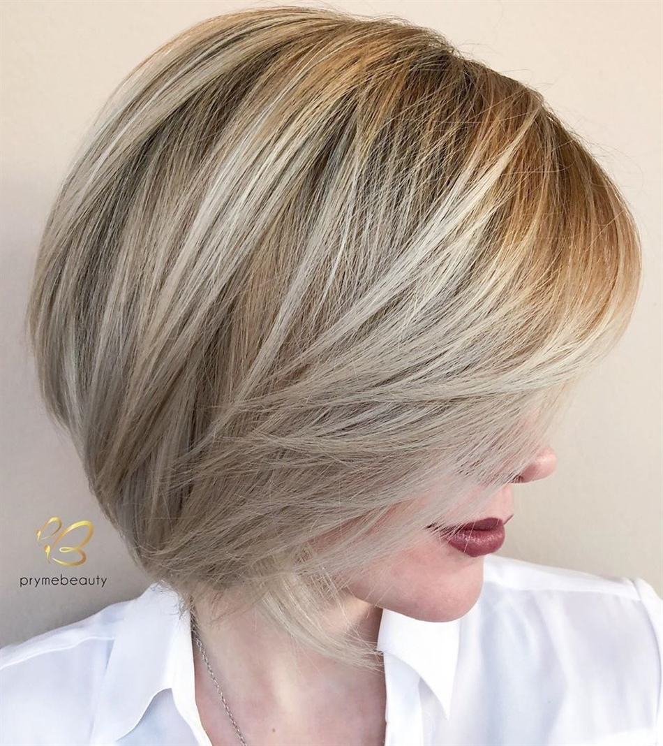 Haarschnitt Mittellange Haare der Winter 2020  Die gefiederten Strähnen dieser sorglosen Frisur bieten zeitlosen Glamour und ziehen mit Sicherheit Komplimente an. Es ist ein längerer Bob mit Strähnen, der die hohen und niedrigen Töne Ihrer frischen Balayage-Haarfarbe wirklich zur Geltung bringt.