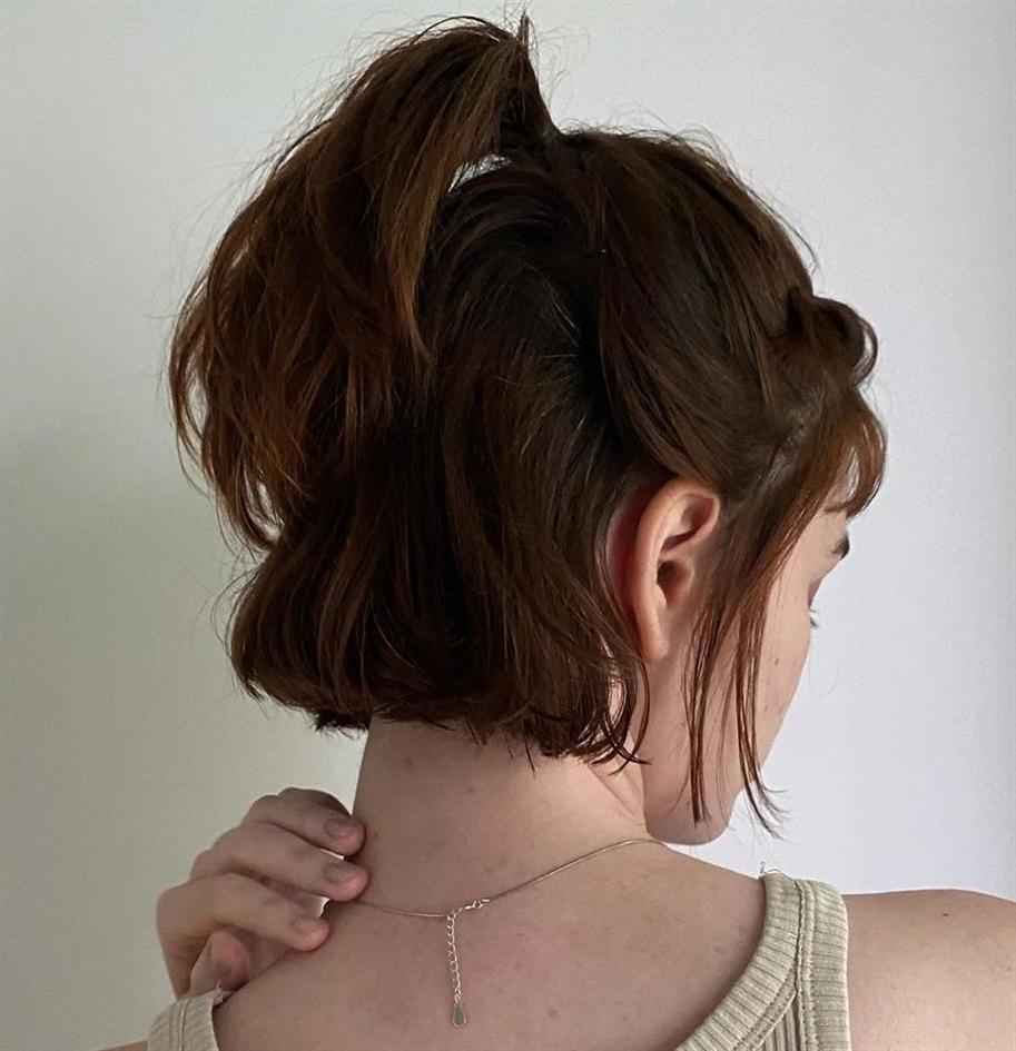 Halblang Haarschnitt und Pony  Es gibt viele halslange Frisuren, die man jeden Tag rocken kann, aber die süße halbhohe Frisur mit losen Stücken im Gesicht ist absolut die beste.