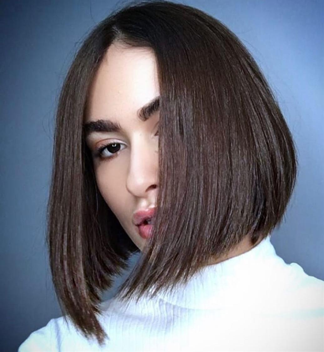 Halblange Haarschnitt fur Bob Ideen  Eine elegante asymmetrische Frisur, die perfekt zu Mädchen passt, die alles lieben, was pflegeleicht ist. Es hilft auch, ein natürliches Volumen und eine perfekte Form zu schaffen, wodurch Ihr Haar etwas dicker erscheint.