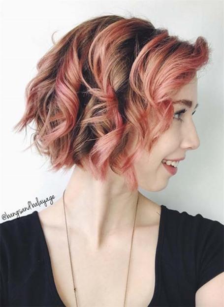 Kurz Haar Frisuren Neue Stilen  Die Farbe und die üppigen Locken in dieser schönen Version von kurzen lockigen Frisuren beweisen, dass kurzes Haar extrem weiblich sein kann. Dunkle Wurzeln verleihen diesem schönen, pfirsichfarbenen Look eine zusätzliche Dimension.