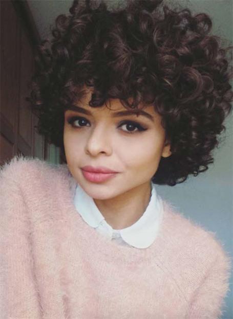 Kurze Haare Afro Locken  Dunkle kastanienbraune Locken fallen in diesem fühlbar weich aussehenden Afro auf. Ein Afro muss nicht unbedingt eine dieser klischeehaften kurzen lockigen Frisuren sein, wenn man es gut ausführt.