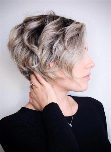 Kurze Haare Pixie Locken Neue  Dies ist eine weitere dieser kurzen lockigen Frisuren mit einem schmeichelhaften Gesichtsrand und einer platinfarbenen Haarfarbe. Es zeigt, wie ausgebürstete Locken auf einem ausgewachsenen Elf aussehen