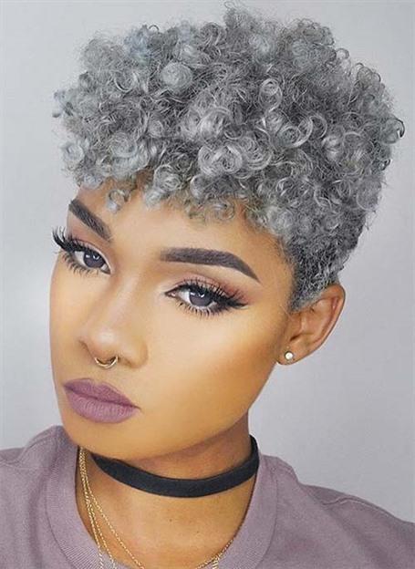 Kurze Haare mit Afro Locken Stylen  Lassen Sie uns zunächst über das außergewöhnliche Styling sprechen - kurze Seiten und ein Haufen Locken auf dem Kopf, die dem Gesicht auf eine Weise viel Länge verleihen, die hochmodisch ist. Kombinieren Sie dies mit einem avantgardistischen, eisgrauen Farbton, und das Ergebnis ist unvergesslich.