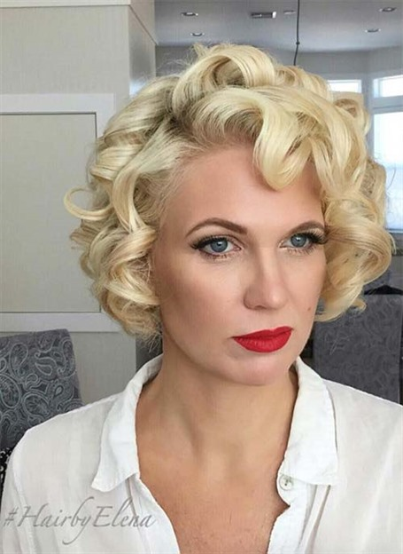 Kurze Haare mit Locken Marilyn Monroe Stile  Marilyn Monroe ist der Beweis dafür, dass kurze lockige Frisuren heiß sind! Platinblond im Stil der 1950er Jahre mit großen Locken in einem sexy Bob erfordert vielleicht viel Arbeit, aber es lohnt sich auf jeden Fall.