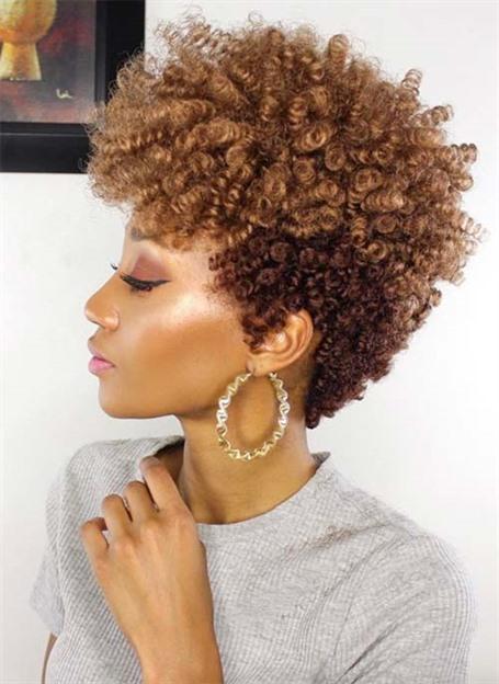 Kurzhaarfrisuren mit Locken Afro Stilen Heutzutage dreht sich alles um die zweifarbigen Haarfarben mit lockigen kurzen Frisuren. Dieser glamouröse Look bietet eine Fülle von Spirallocken, die in Schönheit und Anmut aus dem Kopf explodieren.