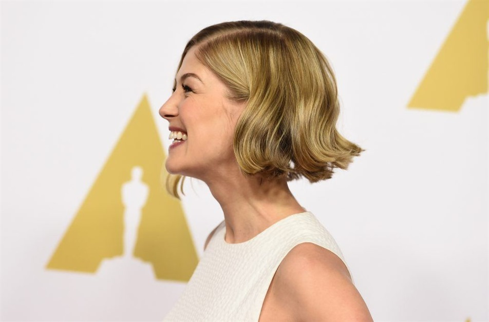 Medium Length Hairstyles Bob and Wavy This hairstyle suits anyone with both fine and thick hair. If you have fine hair, you can wave the hair a little before tying it up. Fine hair can be hidden pretty well this way. Stylish looks are in trend!