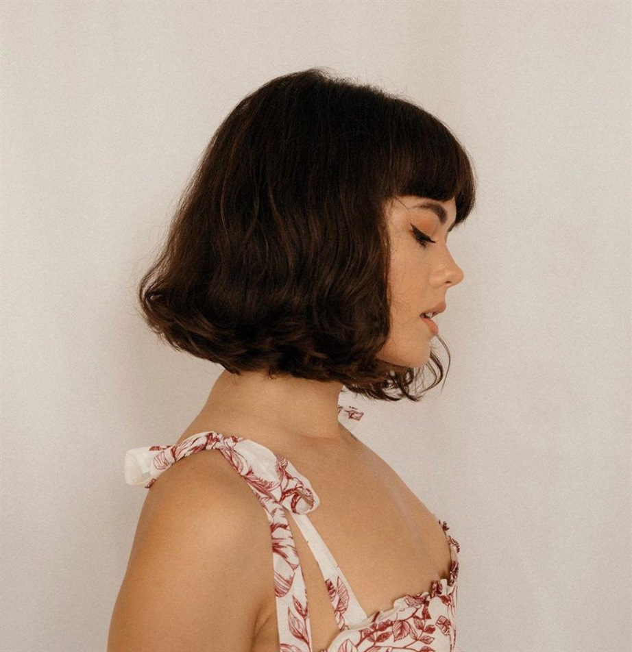 Medium Length Hairstyles French Styles Layered cuts can take some volume out of thick hair if, for example, the hair is really too thick. And thin hair can conjure up a little volume through the steps. With oily hair, a little dry shampoo should always be worked in beforehand, then the hairstyle looks great!