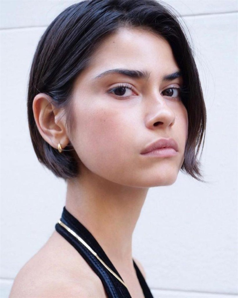Medium Length Hairstyles Side Swept Bob Anyone with an oval face shape can wear just about any parting and hairstyle. But if you don't want to let your face look longer, we recommend a deep side parting. The longer bangs make the face look a little wider.