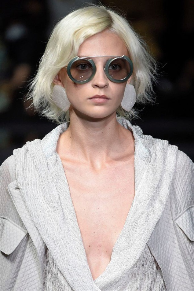 Medium Length Hairstyles for Platinum Blond Medium-length hair is of course also ideal for layered cuts that are currently celebrating a big comeback. They provide more curl in half-length hair and let it fall more gently around the facial contours. We recommend starting with steps on the chin - this way you can continue to style your hair without any problems!
