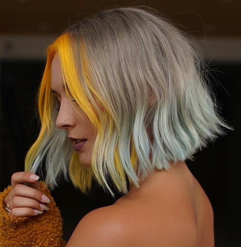 Mittellange Haare Frisuren 2020 Eine Frisur, die sich durch einen weichen A-Linien-Schnitt und helle Geldstücke auszeichnet, um Ihren Look aufzupeppen. Eine sehr trendige Idee, wenn Sie in dieser Saison etwas Frisches wollen.