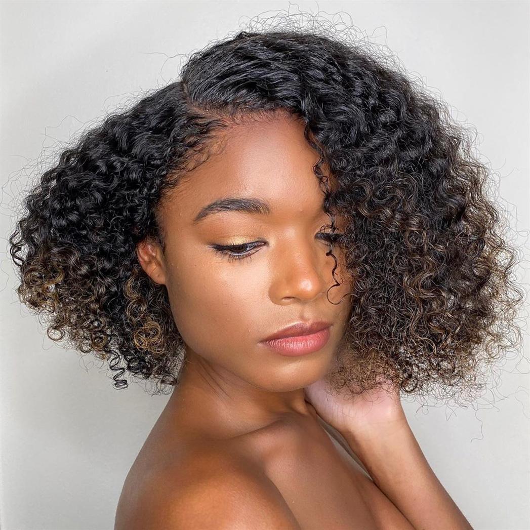Mittellange Haare Locken Frisur  Zeigen Sie Ihre schönen kleinen Locken mit einem geschichteten Schnitt. Texturieren Sie es mit einem Produkt, wählen Sie Ihren Lieblingsscheitel und Sie erhalten einen mühelos schicken Alltagsstil.