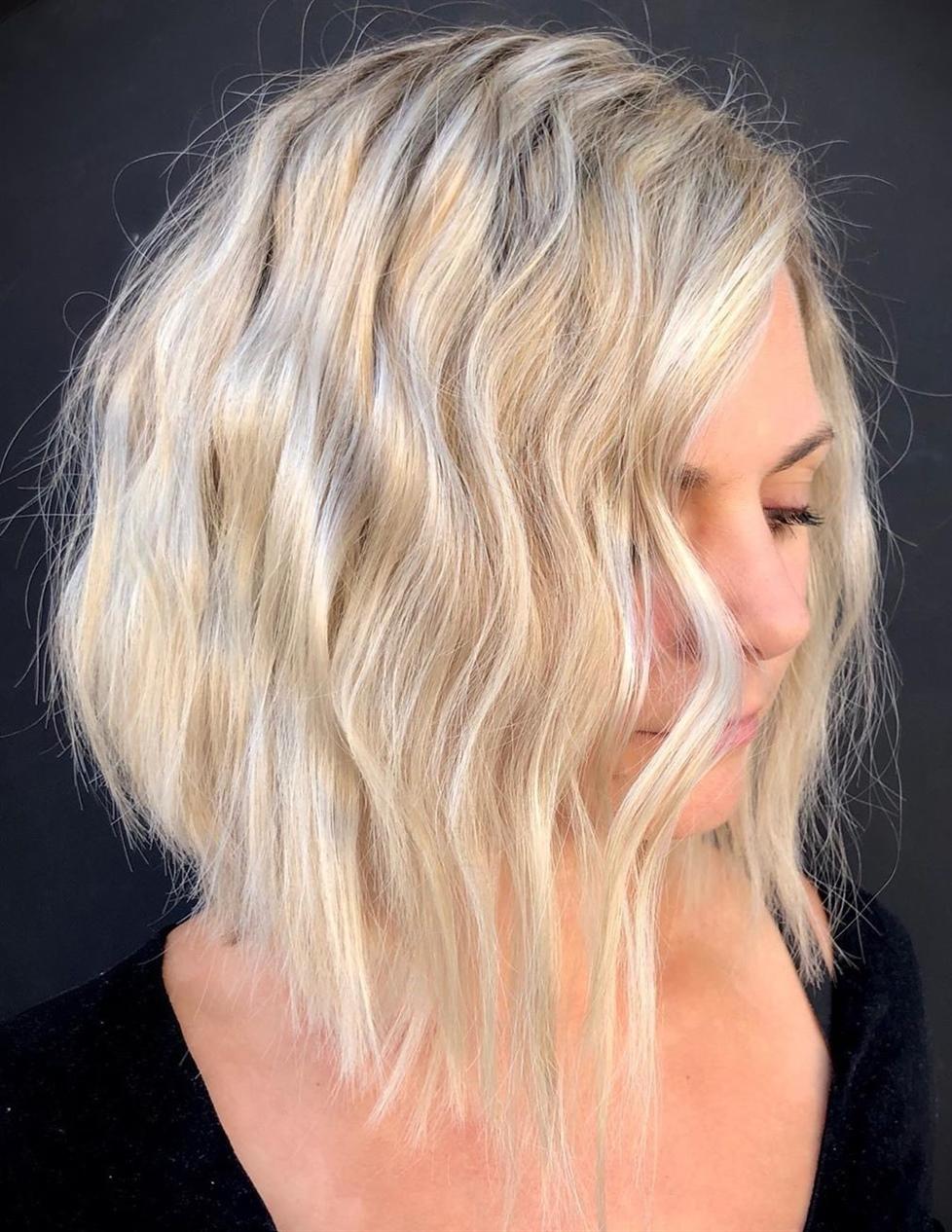 Mittellange Hairschnitte Wellige Stufig  Bei etwas längeren Locken erinnert der charmante Schnitt über die Augen an die besten Sternchen auf der Leinwand. Dies ist ein eleganter, herausragender Look, der sowohl fertig als auch ungeschminkt aussieht.