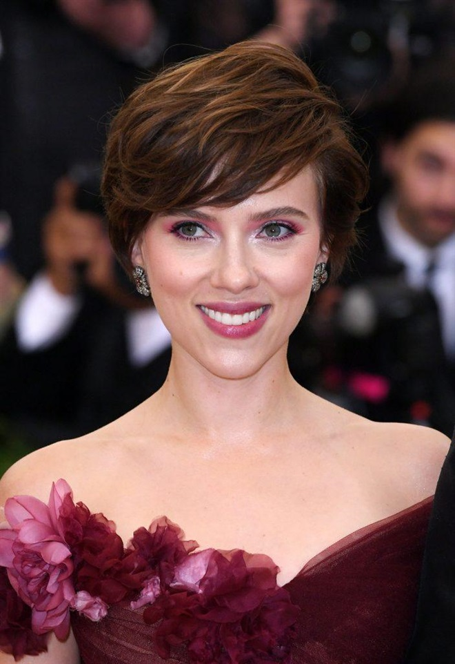 Short Hairstyles 2020 2021 Brown and Wavy Hair There are various trendy short haircuts. There are options with straight cuts. There are also a variety of multilayer haircuts. These include, say, a pixie haircut.