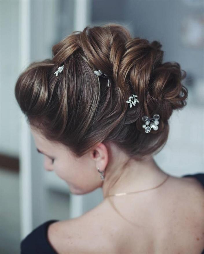Brautfrisuren Boho Trendige  Zusätzlich zu einem Schleier, einer Tiara oder luxuriösen Zöpfen in Ihrem Haar können Sie in Ihrer Hochzeitsfrisur Originalschmuck in Form von natürlichen oder künstlichen Blumen, Haarnadeln, Bändern usw. verwenden.