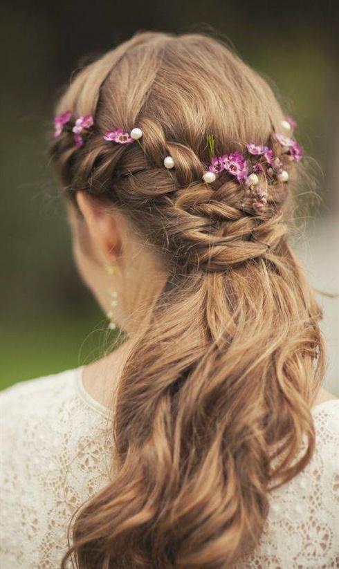 Brautfrisuren Boho Vintage  Ein weiteres Merkmal von Adel und Weiblichkeit ist das Diadem. Ein wunderschönes Diadem, das die Hochzeitsfrisur ideal ergänzt, trägt dazu bei, ein wirklich fabelhaftes Bild der Braut zu schaffen und sich wie eine Königin des Balls zu fühlen.