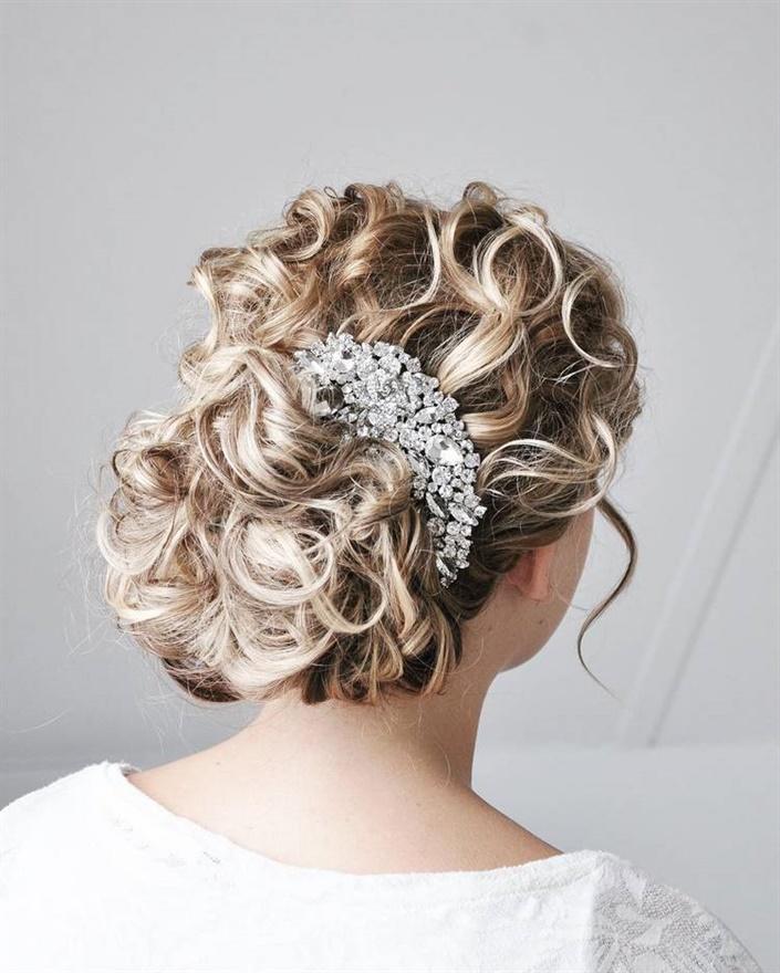 Brautfrisuren Echte Blumen  Sie können eine Krone mit einer künstlichen Blume im Haar haben. Es sieht wunderschön aus in einem Bulk-Modell mit geflochtenem Rücken.