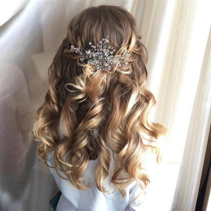 Brautfrisuren Halboffen Locken  Für eine Hochzeitsfrisur mit Locken für mittleres Haar eignen sich feine Locken oder mittlere Locken. Hochzeitsfrisuren mit großen Locken sehen auf langen Haaren gut aus.