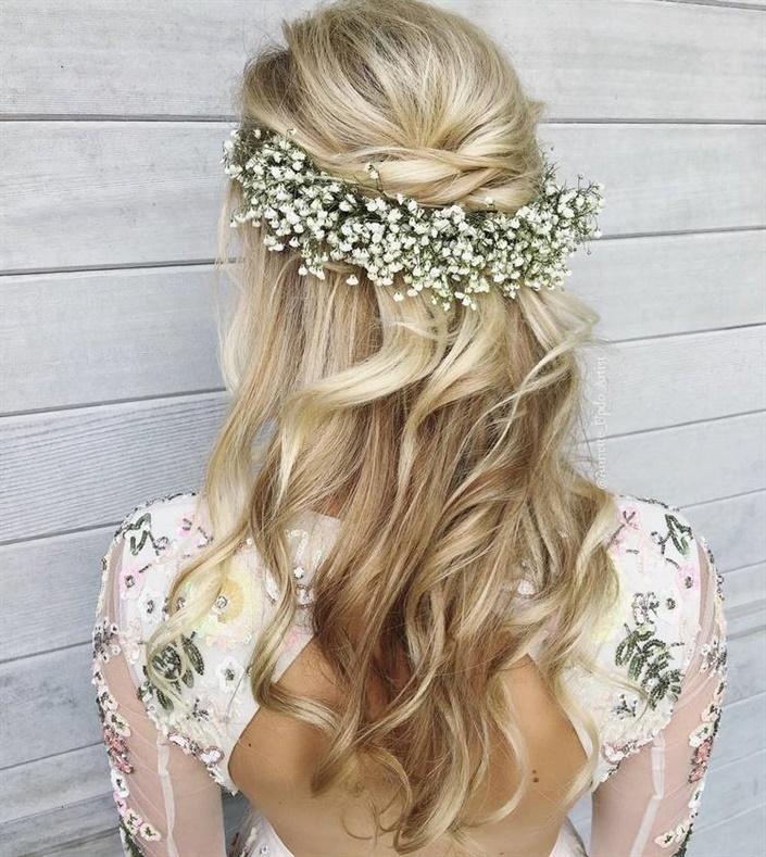 Brautfrisuren Halboffen mit Blumen  Sie können Ihr Haar mit Locken für langes Haar stylen und Ihr Haar zur Seite ziehen. In jedem Fall sehen schöne Frisuren mit Locken herrlich und edel aus.
