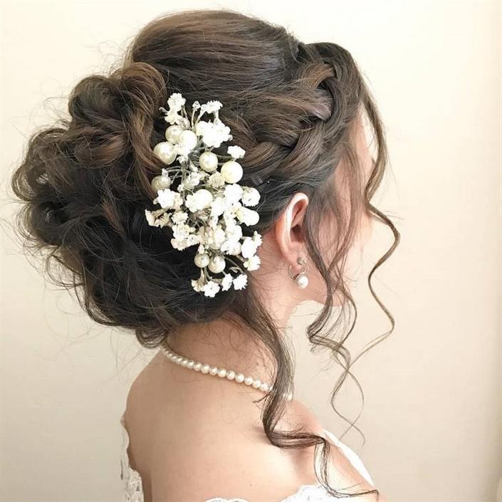 Brautfrisuren Vintage Blumen  Wenn Sie Schritt für Schritt eine hochvolumige Frisur mit einem Diadem erklären, gibt es viele Schritte. Dies ist mindestens ein Pferdeschwanz, ein Haarteil, ein Büffel, Glättungs- oder Lockenstränge sowie die Verwendung einer Vielzahl von Haarnadeln und Stylingprodukten.