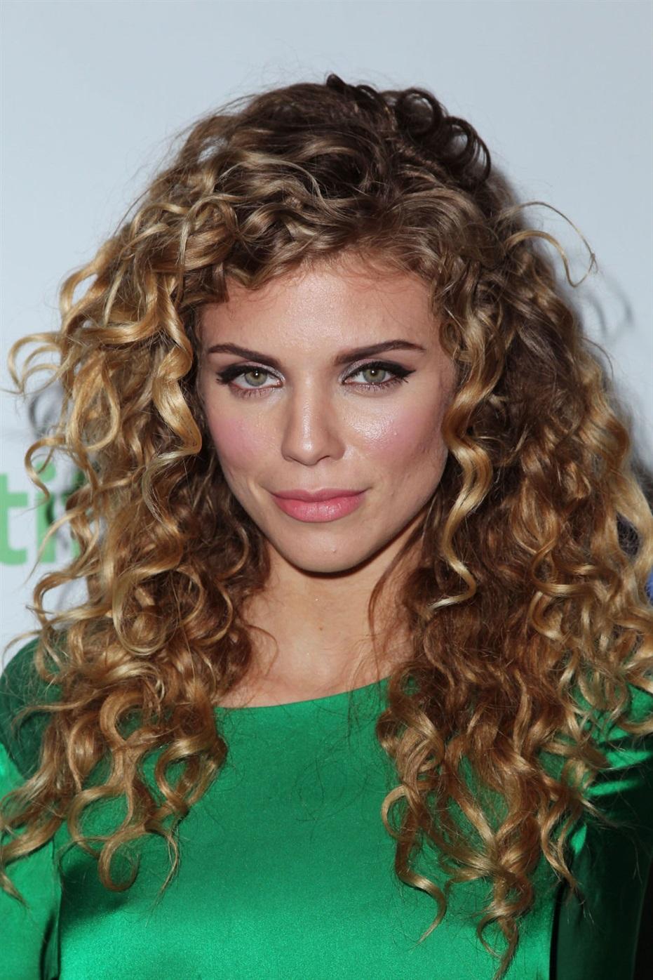 Frisuren fur Locken Lang  Sie sollten sich in erster Linie auf die Struktur der Haare konzentrieren - Frisuren, die auf geraden Strähnen attraktiv aussehen, sind möglicherweise nicht vollständig für Besitzer böswilliger, verspielter Locken geeignet.