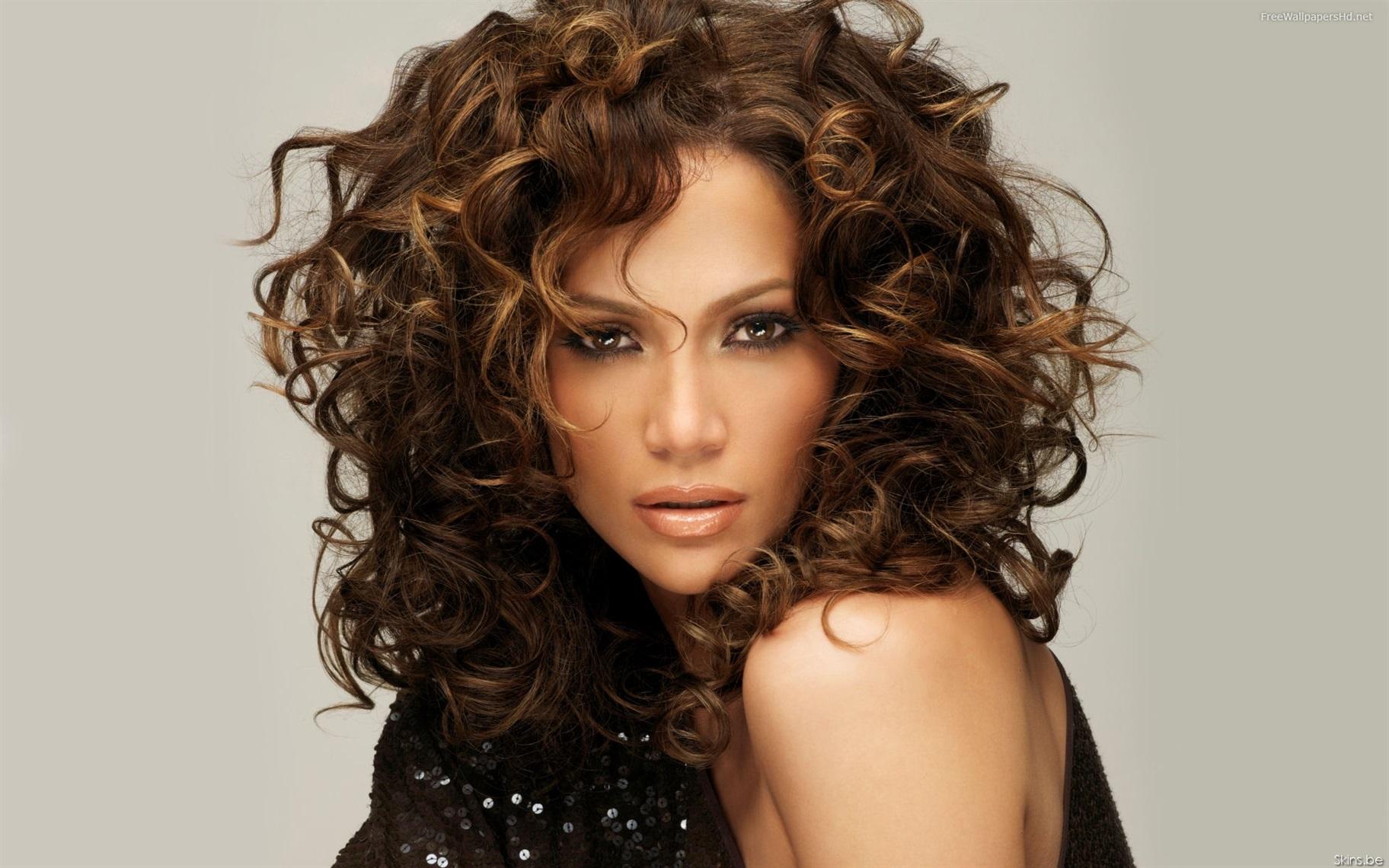 Locken Frisuren Freche Jennifer Lopez Der mittelgroße Haarständer hat einen weiteren unbestreitbaren Vorteil - er eignet sich auch für Besitzer dünner Strähnen. In der Tat erhalten sie durch Schneiden der Locken am Boden zusätzliches Volumen.