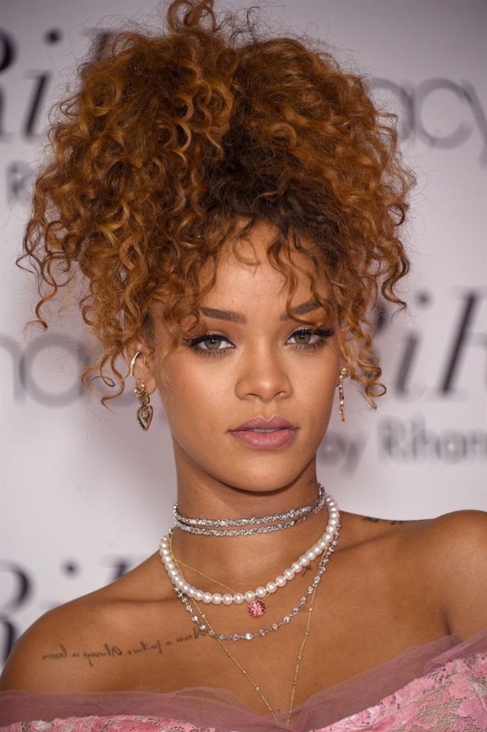 Locken Frisuren Retro Rihanna  Das Haar wird über seine gesamte Länge verarbeitet: Je nach Art kann die Kaskade sowohl von der Oberseite des Kopfes als auch etwas tiefer geschnitten werden. Zunächst wird im Bereich der Krone ein Strang ausgewählt, der auf die gewünschte Länge zugeschnitten wird. Ein weiterer kleiner Strang wird gedehnt und auf diese Kontrolle aufgebracht. In ähnlicher Weise werden alle Haare vom Hinterkopf bis zur Stirn verarbeitet. Da die folgenden Federn abwechselnd als Steuerfedern fungieren, werden sie umso länger, je weiter sie von der Krone entfernt sind.