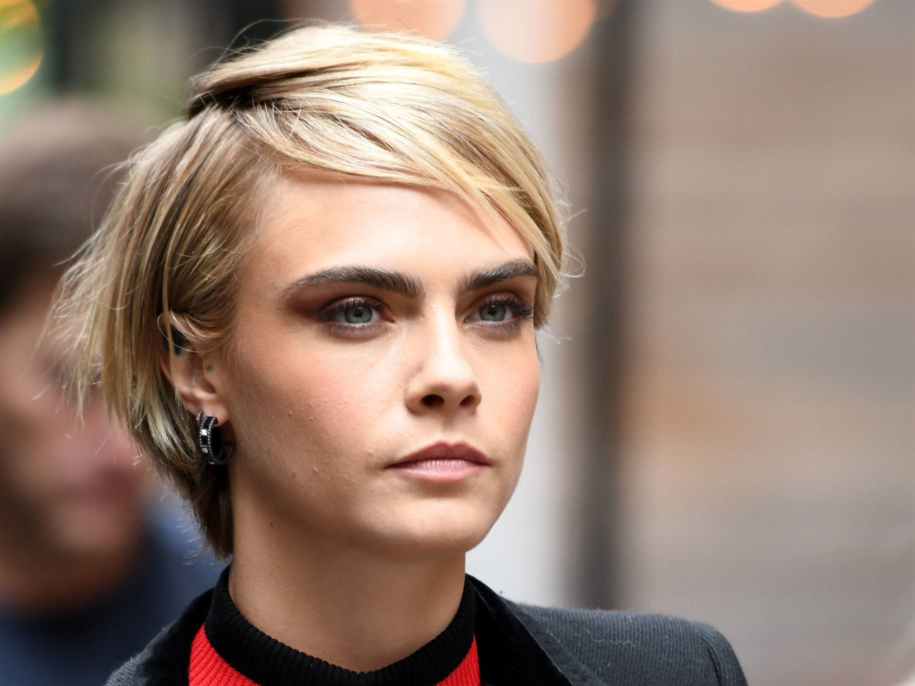 Short Hair Trends Cara Delevigne  Deep side parting like Cara Delevingne It is the deep side parting that carries this look - a trend we do not get around this season, no matter if we are talking short or long hair. The slightly longer neck hair, allows to create fullness at the back. Use volume spray or a good mousse to create fullness in the hair.