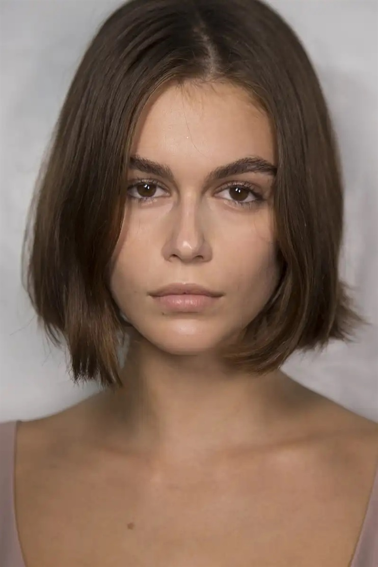 Center Long Haircut Ideas The short page, which ends right at the cheekbones, seems to be one of this year's most popular hairstyles. Among other things, it is seen on Kaia Gerber, who last year dropped the long locks in favor of the spectacular hairstyle.
