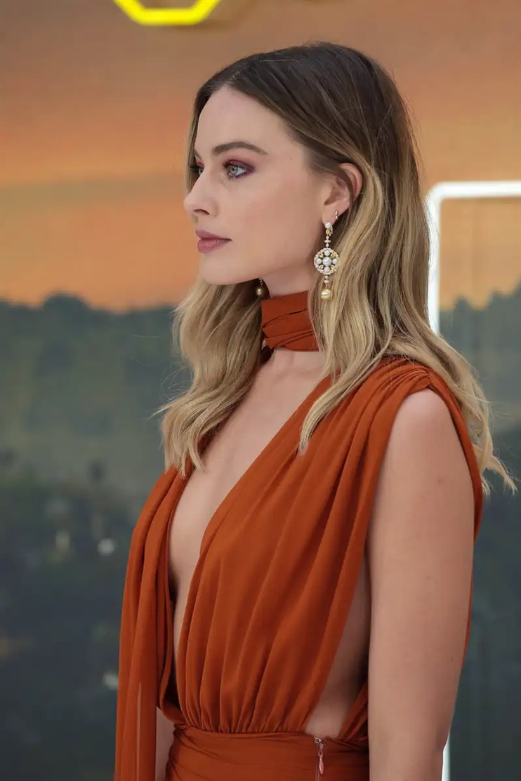 Long Hairstyles Hot Blond As we have previously written, will be the year where we say final goodbye to cold blonde hair color, which is replaced by a warm blonde. The warm shade can be combined with a darker base a la Margot Robbie.