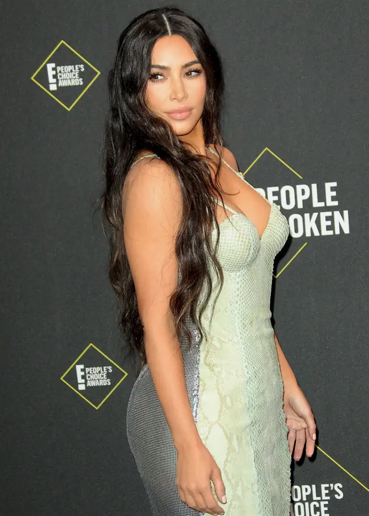 Long Hairstyles Kim Kardashian It completely long hairs forward again. It's a look that most people probably pay for via extensions. Fortunately, it can also be achieved with a good portion of patience, care and help from within with effective hair vitamins.