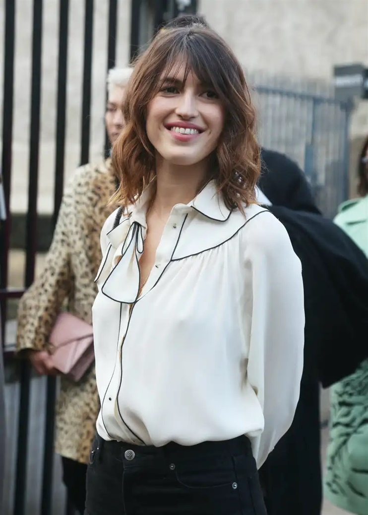 Long Hairstyles Layered Cut The classic long curtain bangs survive another season. The look is known from both the 60s and 70s, and in recent years has become synonymous with women like Alexa Chung and Jeanne Damas. This type of bangs is also suitable for both long and shoulder-length hair.