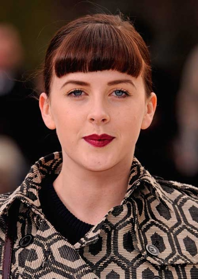 Short and Straigt Hairstyles with Bangs Actress Alexandra Roach has chosen a short haircut and straight bangs, which exudes strong retro vibes.