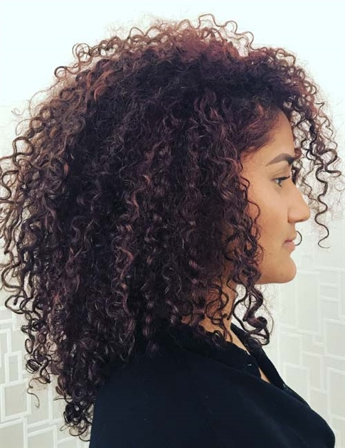 Amazing Curly Hairstyles 2021 Steps to stimulate and emphasize natural curls according to the curler Stimulating and emphasizing your own curl starts with the basics and also step 1: shampoo and conditioner. Choose products that strengthen your hair without weighing it down. Care products should also moisturize your hair enough to keep it shiny, bouncy and healthy.