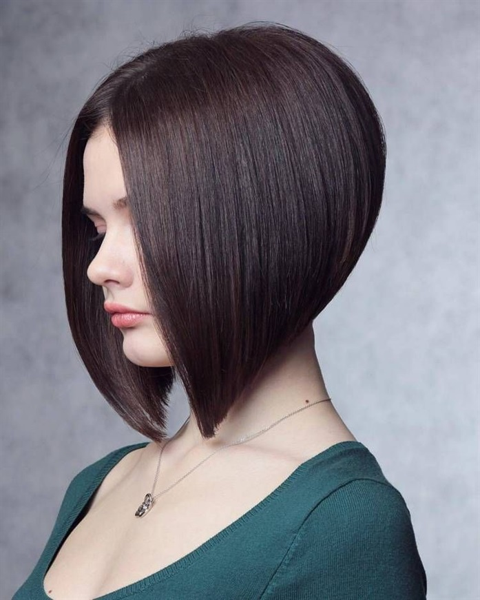 Asymmetric Bob Hair Design 2021 Women cannot give up on asymmetry. Especially in the early 2000s, this bob cut is still preferred by some women today.Make a difference in 2021 with a bob haircut with thin tips and sharp lines.