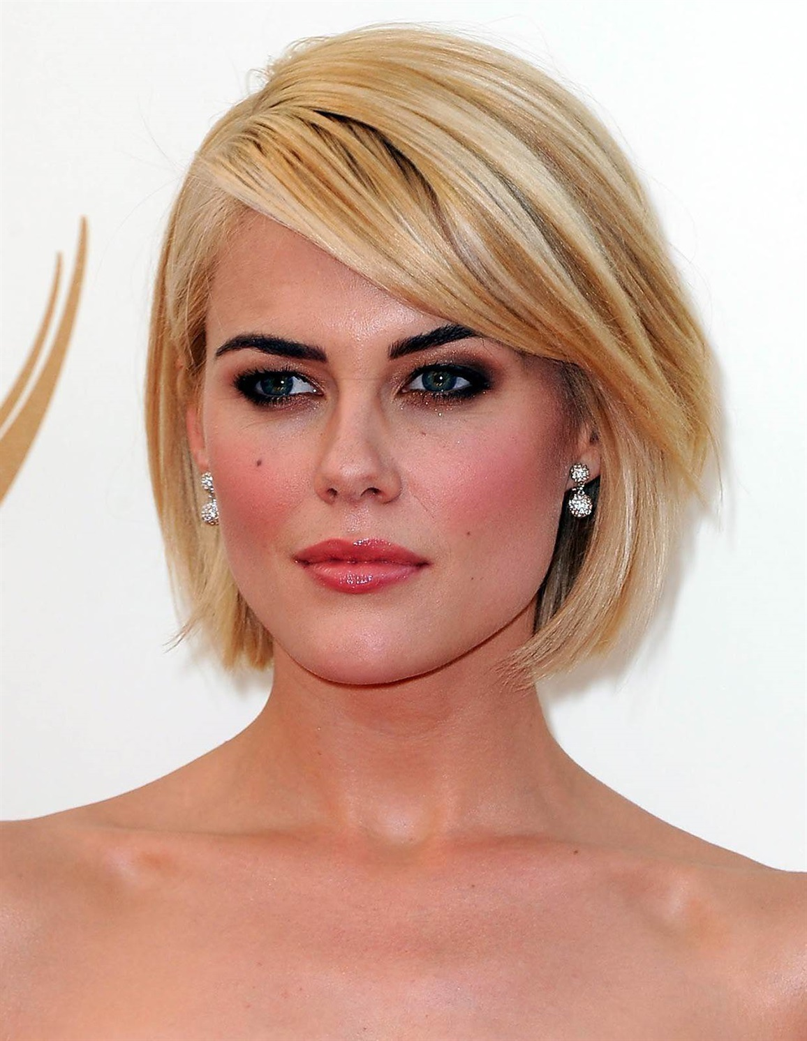Bob Hairstyles Celebrity 2021 If you are invited to a night out, this Bob hairstyle is for you. This haircut, which will reflect your class to the front, will start the day ahead.