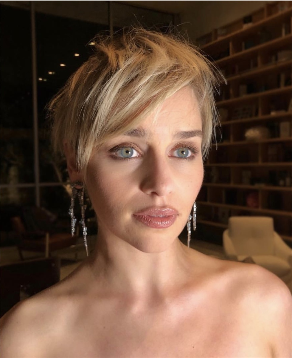 New Short Hair Style Emilia Clarke  Blonde actor Emilia Clarke is also one of our celebrities who trusts her short hair. He definitely does not hesitate to be with us with a simple and stylish cut.